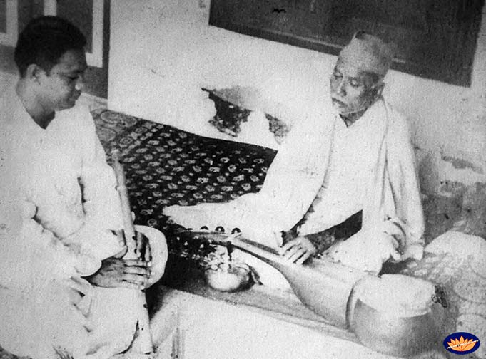 Pannalal Ghosh with his guru Ustad Allaudin Khan