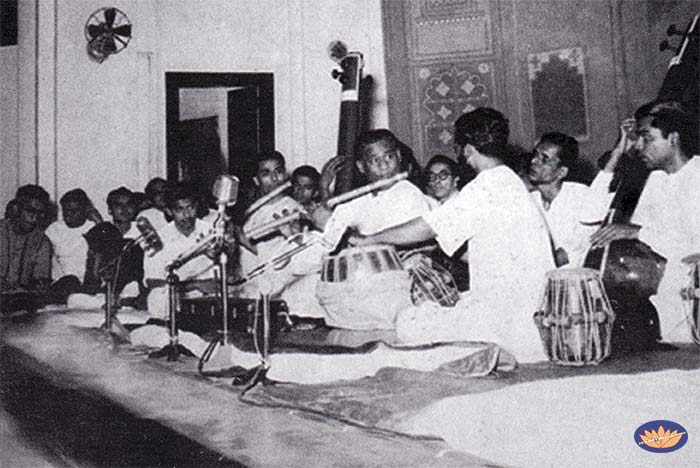 Pannalal Ghosh performing in Mumbai with his disciples Rasbihari Desai on bansuri and V.G. Karnad - tanpura